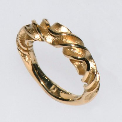 Snoet ring i guld